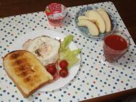6/8 昼食 金のトースト、目玉焼き、ベーコン、りんご、イチゴヨーグルト、トマトジュース