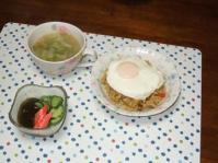6/15 夕食 ドライカレー目玉焼きのせ、きゅうりもずく酢、キャベツと桜えびのスープ