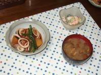 7/2 夕食 イカじゃが、キュウリとエビのサラダ、豆腐となめこの味噌汁