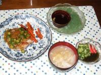 7/3 夕食 鶏ももソテーオクラカレーソース、刺身こんにゃく、きゅうりもずく酢、キャベツと油揚げの味噌汁