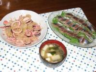 7/12 夕食 イカとキャベツの蒸しサラダ、スモークさんま、長ネギとワカメの味噌汁