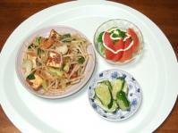 7/23 夕食 厚揚げと青梗菜の炒め物、トマトとブロッコリーのサラダ、きゅうりの塩麹漬