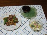 7/30 夕食 豚とエリンギ、オクラのオイスター炒め、ブロッコリーとポテトのサラダ、刺身こんにゃく