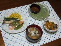 8/29 鮭のソテーバジルソース、かぼちゃとこんにゃくの胡麻醤油和え、刺身こんにゃく、アサリの味噌汁