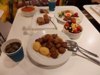 4/29 昼食 スェーデンプレート、ミートボール、サラダ、ミネストローネスープ、木の実とレーズンのパン、アイスコーヒー