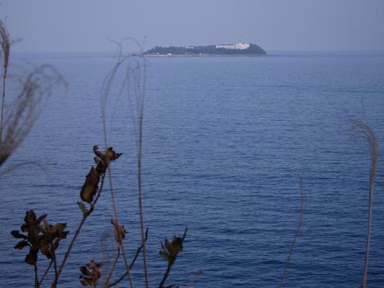 沖に見える初島