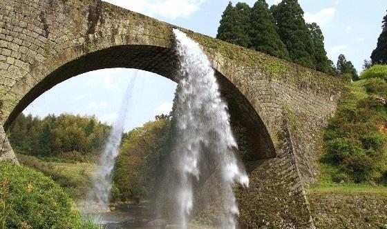 通潤橋放水 (580x388)