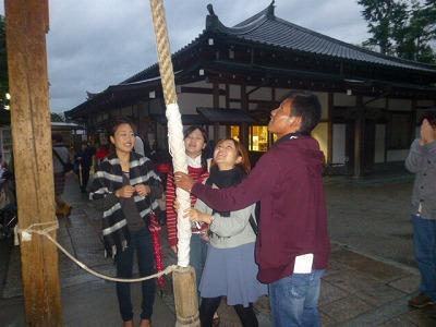 京都・金閣寺にて アラと京都外大の学生さん達