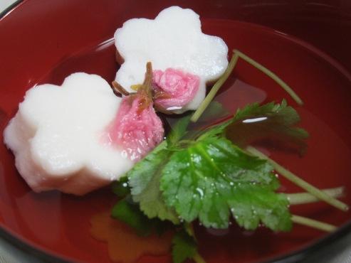 はんぺんと桜の花のお吸い物(B)