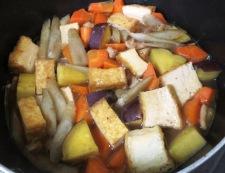 厚揚げとさつまいもの炊いたん調理