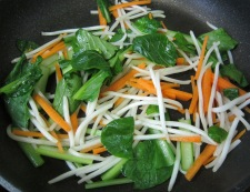 小松菜とにんじん炒め フライパン