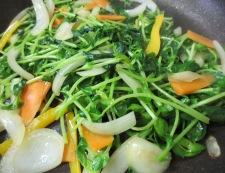 豆苗と新玉ねぎ炒め調理②