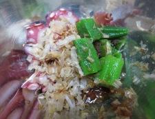 タコとおくらの梅かつおポン酢和え 調理