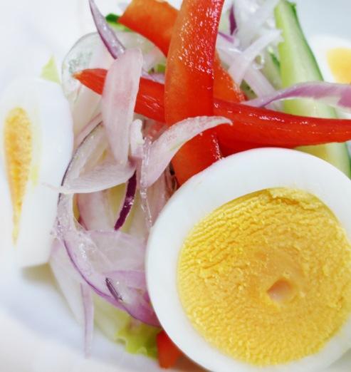 レッドオニオンと茹で卵のサラダ B