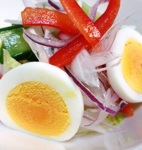 レッドオニオンと茹で卵のサラダ 大