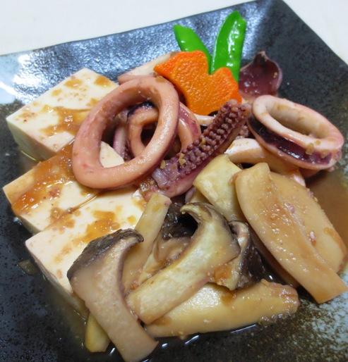 豆腐とイカの玉ねぎ味噌煮込み B