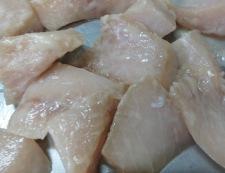 白身魚とうずら卵の甘酢あん 調理①片栗粉