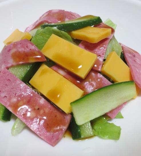 チーズとボロニアソーセージのサラダ 大