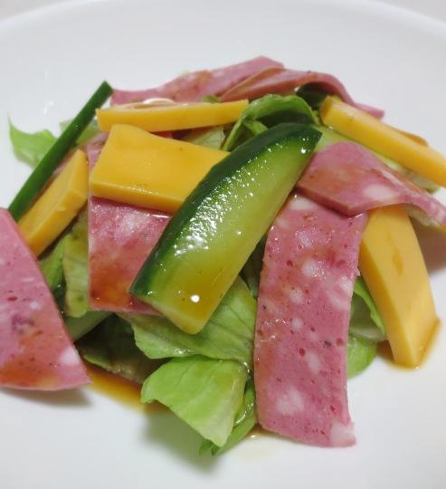 チーズとボロニアソーセージのサラダ B