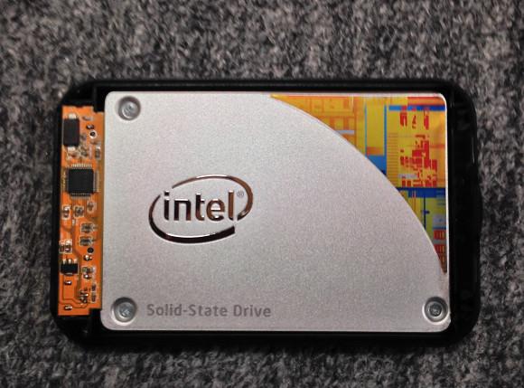 SSDをケースに取り付ける