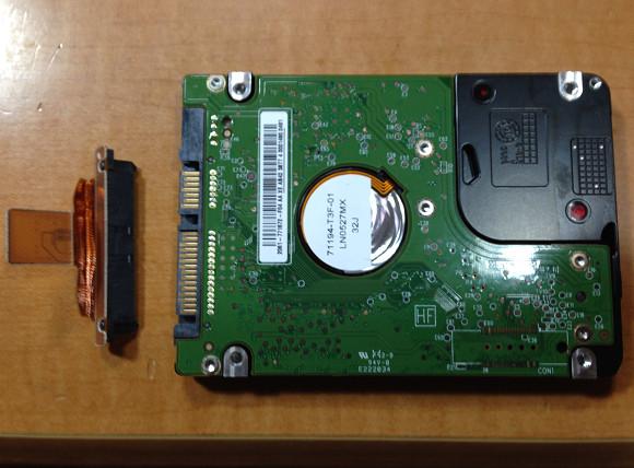 取り出したHDDとSATAケーブル