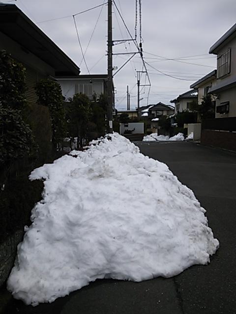 自宅前の道路にもまだ雪の山