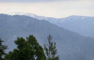 遠くの雪山