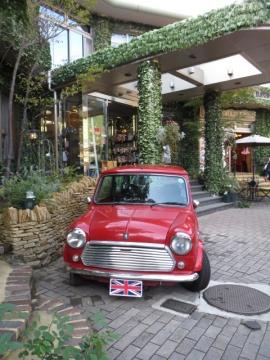 ヴィレッジ内には英国車が置いてあります。常時あるのはミニ