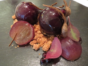 葡萄に見立てたフォアグラのムースと葡萄