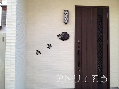 ホヌ+モンステラ玄関飾り設置写真
