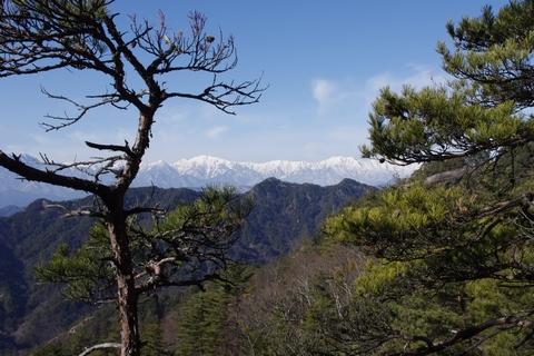 稜線より京ヶ倉・大城を望む