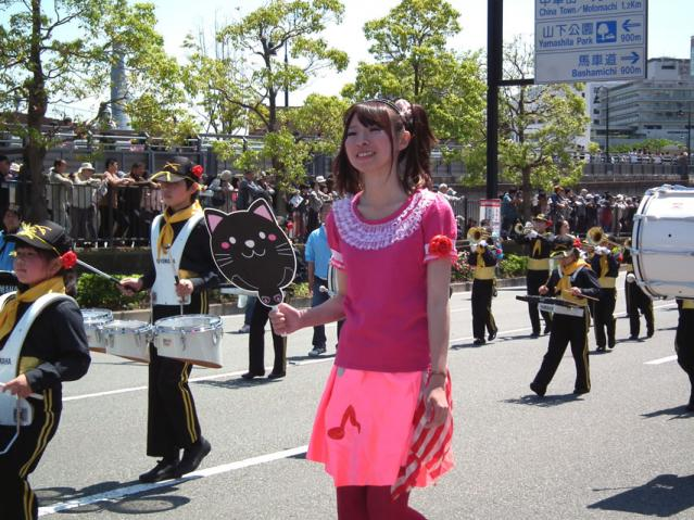 ザよこはまパレード2013 キッズパレードでコスプレして歩く教員(1)