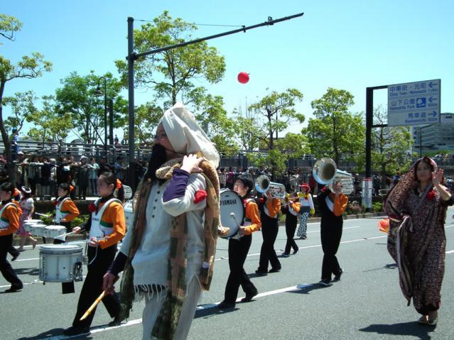 ザよこはまパレード2013 キッズパレードでコスプレして歩く教員(2)