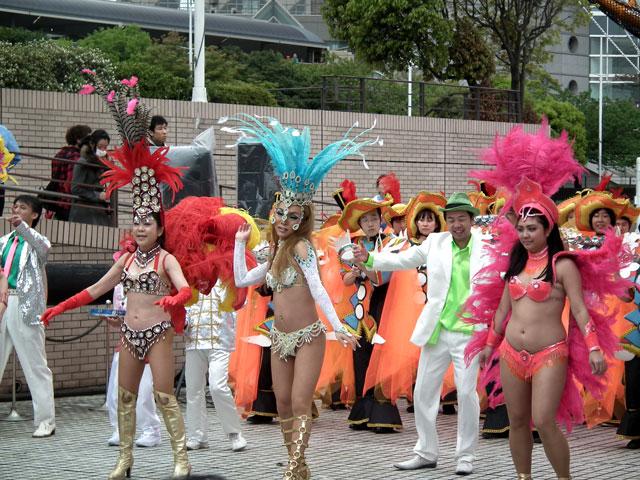 ヨコハマ大道芸2013 サンバチームの踊り(1)