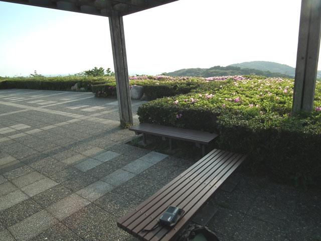 湘南国際村 グリーンパークの展望エリアの西側東屋でFMをワッチ中