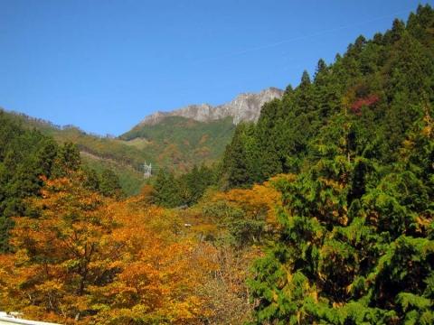 06小鹿野から見る両神山
