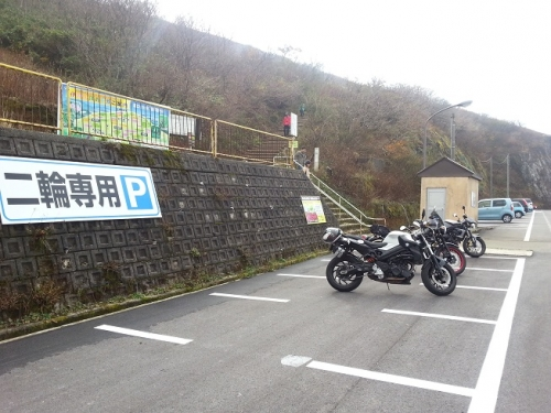 く。二輪駐車場