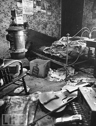 汚らしく散らかったゲインの家の内部
