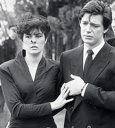 葬式でのジェレミーとジュリー
