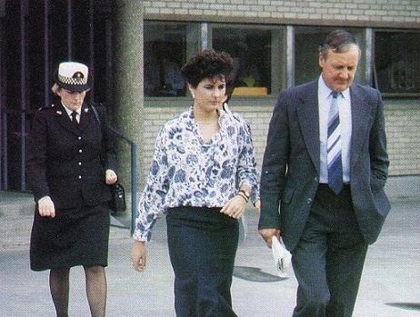 裁判所から出るジュリー