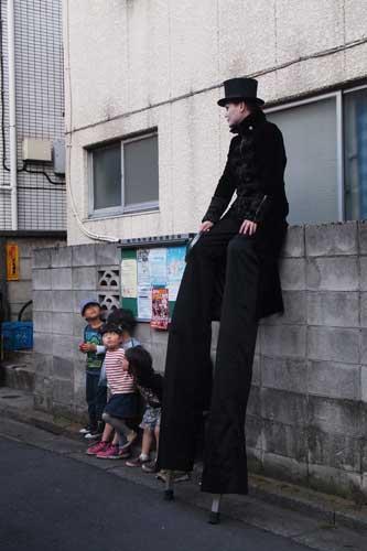 大道芸人と子供達1