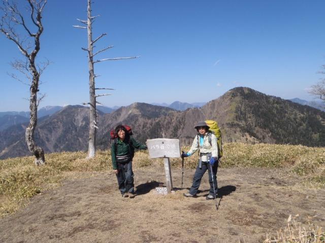 バラ谷の頭の絶景(右から黒法師岳、丸盆岳、不動岳、その左遠く加加森山)
