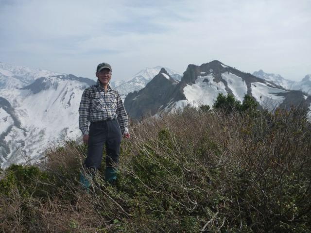 11憧れの烏帽子岳山頂(バックは阿弥陀山本峰と南峰
