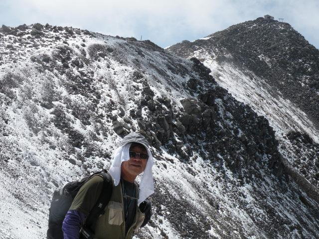 07 剣ヶ峰をバックに記念撮影