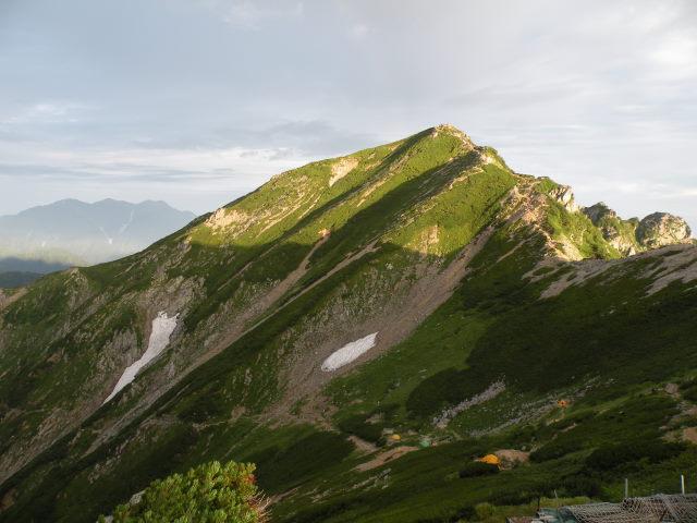 28 陽光に照らされる唐松岳山頂