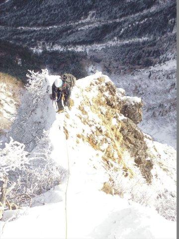 16 2ピッチ目登攀中の田上_R