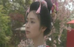 桜をじっと見つめる桜姫