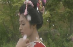 姫の首筋に落ちる桜