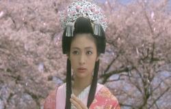 再び、姫に戻って首筋に落ちた桜の花びらを手にする桜姫