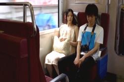 電車で二人でデート中